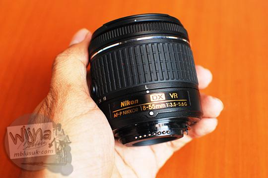 review lens AF-P DX Nikkor 18-55mm f/3.5-5.6G VR in hand comparison