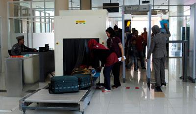 antrian mesin pemindai sinar-x di bandara adisucipto yogyakarta tahun 2016