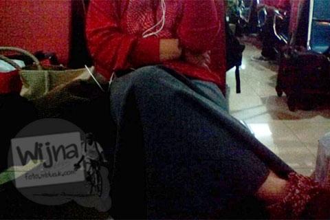 calon penumpang asal banjarmasin menelpon di ruang tunggu bandara adisucipto yogyakarta