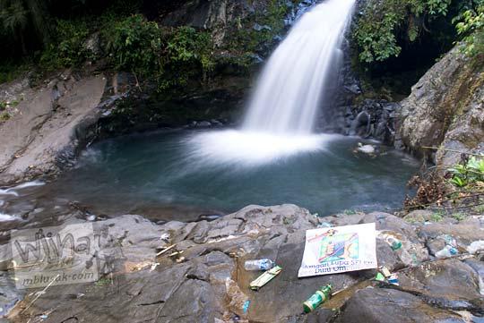 Sampah kotor di lokasi wisata air terjun
