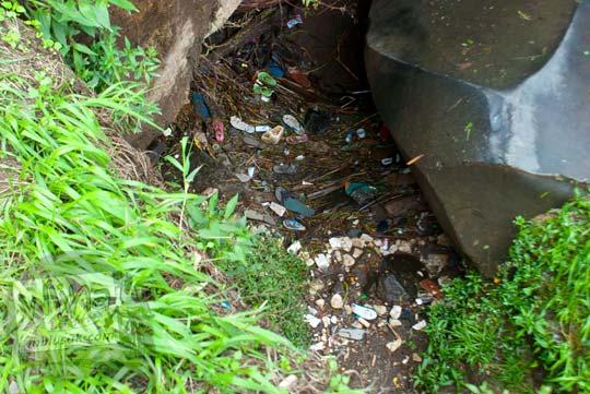 Sampah kotor di hutan