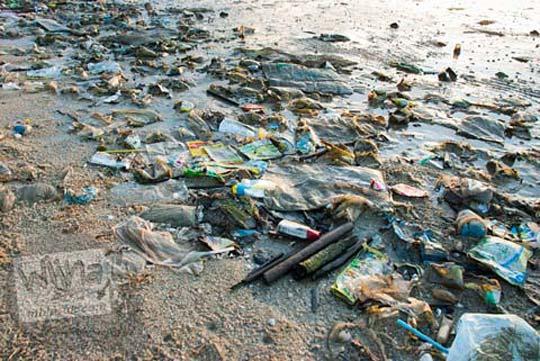 Sampah kotor di pantai