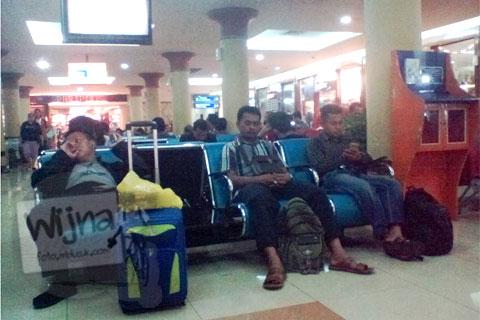 aktivitas penumpang di ruang tunggu boarding room terminal lama bandara adisucipto yogyakarta tahun 2016