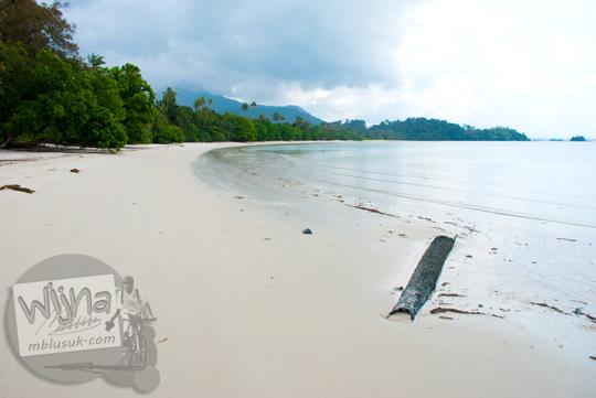Pantai Karang Bersulam di Pulau Lingga di Kepulauan Riau pada tahun 2016