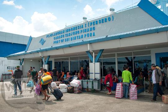 Area keberangkatan penumpang di luar Pelabuhan Sri Bintan Pura, Tanjungpinang