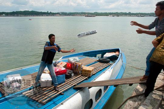 Melempar barang-barang penumpang oleh kru kapal MV Lingga Permai Pelabuhan Sri Bintan Pura, Tanjungpinang