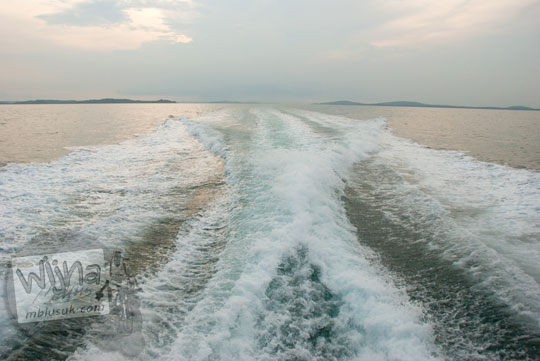 Gemuruh riak ombak laut dari bagian belakang kapal feri membelah laut nusantara