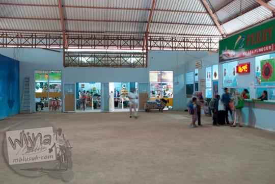 Suasana tempat penjualan tiket kapal feri menuju Tanjungpinang di Pelabuhan Telaga Punggur, Batam