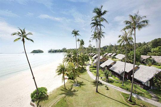 Pemandangan dari hotel resor mewah dengan panorama pantai pasir putih yang ada di Pulau Bintan di Kepulauan Riau