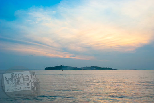 Pemandangan Pulau Penyengat saat senja dilihat dari kejauhan tepi laut Tanjungpinang