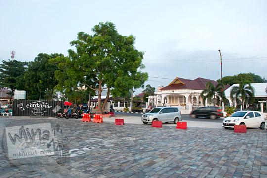 Suasana kawasan tepi laut berlatar gedung daerah tanjungpinang di Kota Tanjungpinang