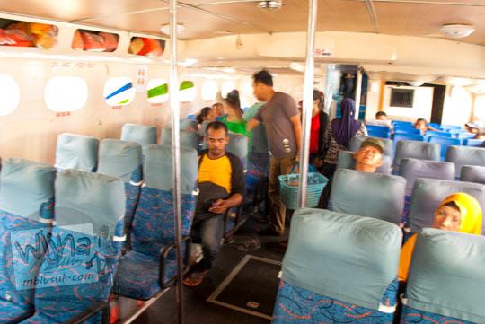 Suasana ruang duduk penumpang di Kapal Feri Lingga Permai tujuan Tanjungpinang ke Lingga