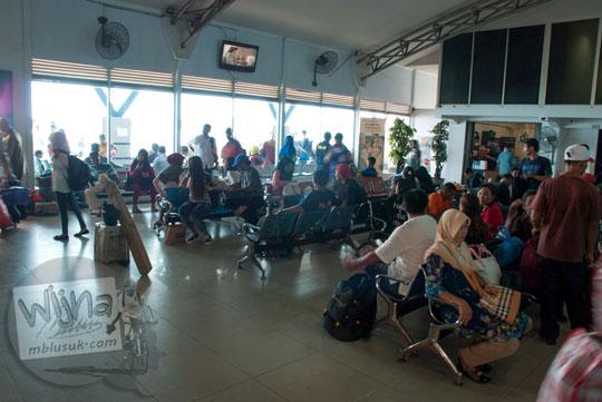 Suasana ruang tunggu penumpang kapal di Pelabuhan Sri Bintan Pura, Tanjungpinang