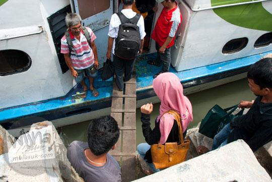 Tangga kayu masuk kapal MV Lingga Permai di Pelabuhan Sri Bintan Pura, Tanjungpinang