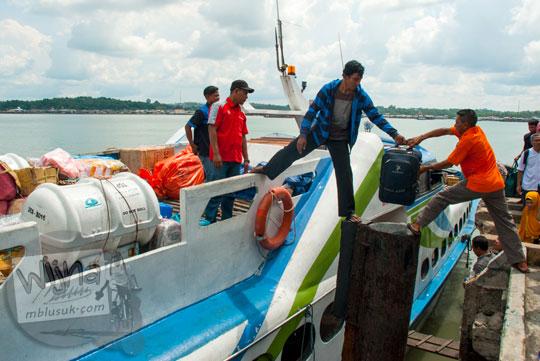 Bongkar muat barang pada kapal feri MV Arena 3 milik MV Lingga Permai di Pelabuhan Sri Bintan Pura, Tanjungpinang