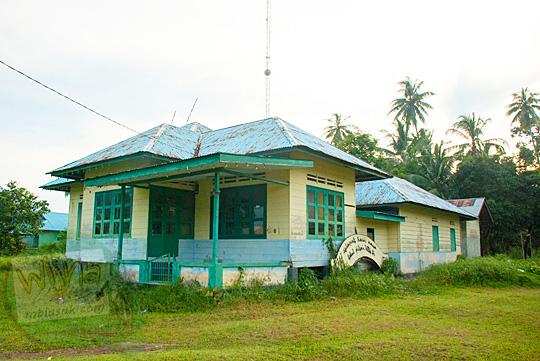 Bentuk Rumah Adat Tradisional Zaman Dulu khas suku Melayu yang terbuat dari kayu di Daik, ibukota Kabupaten Lingga, Kepulauan Riau pada Mei 2016