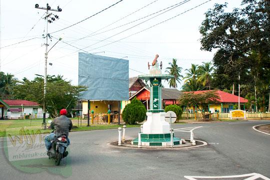Bundaran jalan raya yang terletak di dekat lapangan alun-alun Daik, ibu kota Kabupaten Lingga, Kepulauan Riau pada Mei 2016