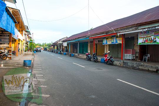 Kios-kios perdagangan tempat aktivitas ekonomi di kota Daik, ibu kota Kabupaten Lingga, Kepulauan Riau pada Mei 2016