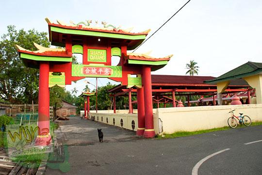 Tampak luar Klenteng tempat ibadah umat konghucu dari etnis tionghoa di Daik, ibu kota Kabupaten Lingga, Kepulauan Riau pada Mei 2016