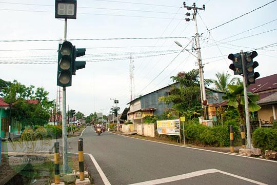 Satu-satunya lampu pengatur lalu lintas di Daik, ibukota Kabupaten Lingga, Kepulauan Riau pada Mei 2016