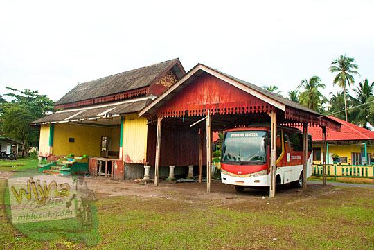 Panggung rakyat dan garasi bus dinas Pemerintah Kabupaten Lingga yang diparkir di lapangan besar Daik, ibu kota Kabupaten Lingga, Kepulauan Riau pada Mei 2016