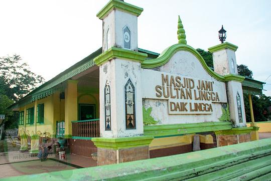 Komunitas Muslim Melayu di lokasi Masjid Jami Sultan Lingga yang terletak di Kota Daik, ibu kota Kabupaten Lingga, Kepulauan Riau pada Mei 2016
