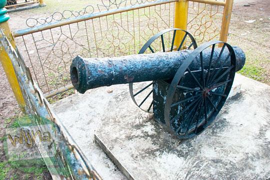 Meriam tua peninggalan Belanda dan Kesultanan Lingga yang dipajang di lapangan Daik, ibukota Kabupaten Lingga, Kepulauan Riau pada Mei 2016