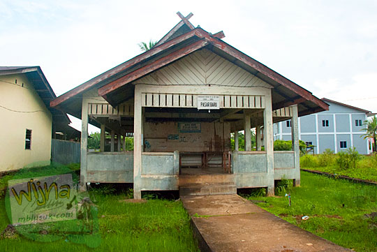 Bangunan tak layak huni yang disebut sebagai pasar baru yang terletak di pusat Kota Daik, ibukota Kabupaten Lingga, Kepulauan Riau pada Mei 2016