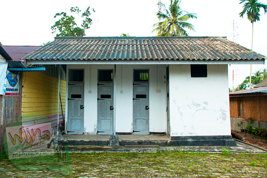 Tampak Luar bangunan bersejarah bekas penjara peninggalan Belanda yang terkenal angker yang ada di Kota Daik, ibu kota Kabupaten Lingga, Kepulauan Riau pada Mei 2016