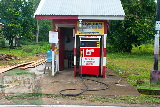 Tempat jual dan harga bensin premium serta minyak tanah di Daik, ibu kota Kabupaten Lingga, Kepulauan Riau pada Mei 2016