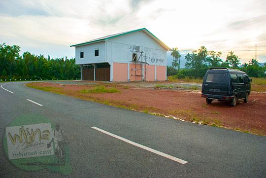Rumah yang menempati tanah luas yang ada di Daik, ibu kota Kabupaten Lingga, Kepulauan Riau pada Mei 2016