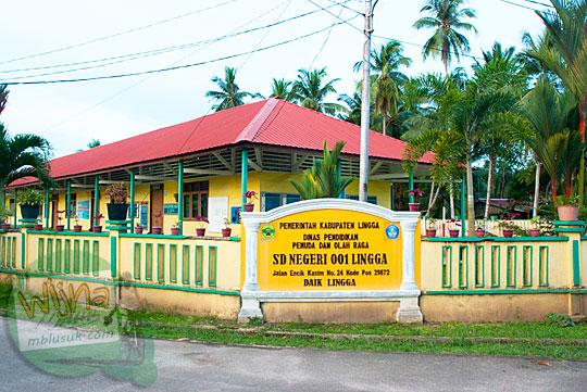 Tampak luar SD Negeri 01 Lingga yang terletak di pusat kota Daik, ibukota Kabupaten Lingga, Kepulauan Riau pada Mei 2016