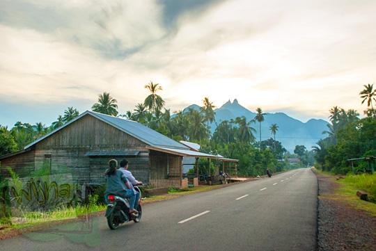 Sepeda Motor melaju tanpa hambatan dan pengemudinya tanpa memakai helm di suatu sore di Kota Daik, ibukota Kabupaten Lingga, Kepulauan Riau pada Mei 2016