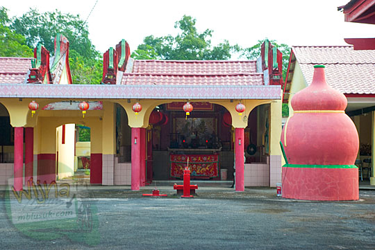 Suasana sakral di dalam Klenteng tempat ibadah umat konghucu dari etnis tionghoa di Daik, ibukota Kabupaten Lingga, Kepulauan Riau pada Mei 2016