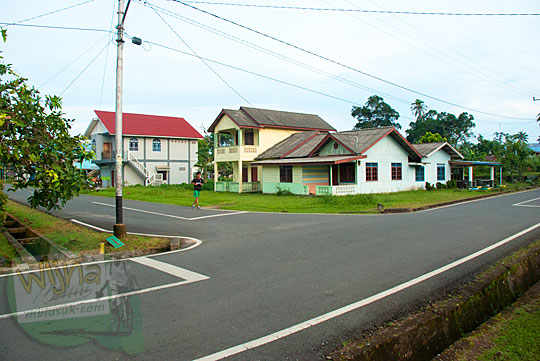 Pemandangan Sudut kota di dekat pertigaan masjid Jami Sultan Lingga di Kota Daik, ibukota Kabupaten Lingga, Kepulauan Riau pada Mei 2016
