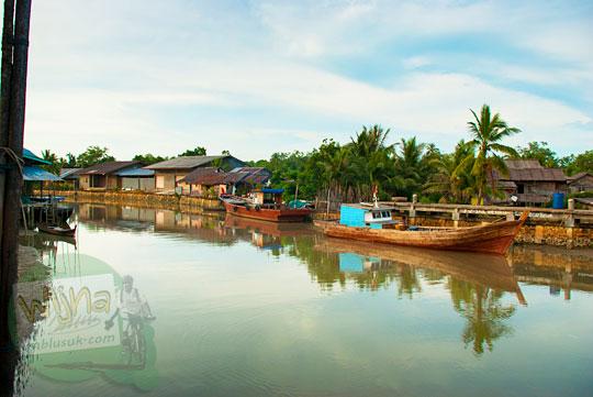 Sungai yang menjadi urat nadi jalur transportasi warga yang menggunakan perahu dari pelosok Lingga menuju kota Daik, ibukota Kabupaten Lingga, Kepulauan Riau pada Mei 2016