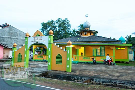 Komunitas Muslim Bugis beribadah di Surau Al-Falah yang ada di Kota Daik, ibukota Kabupaten Lingga, Kepulauan Riau pada Mei 2016