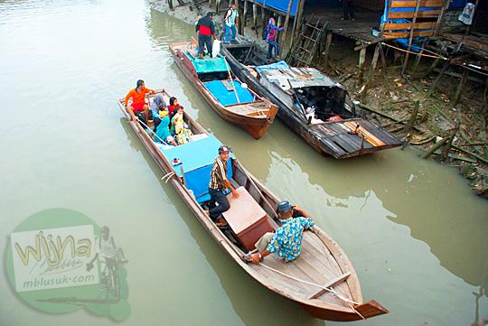 Transportasi perahu perintis andalan warga yang bermukim di pelosok Lingga menuju kota Daik, ibukota Kabupaten Lingga, Kepulauan Riau pada Mei 2016