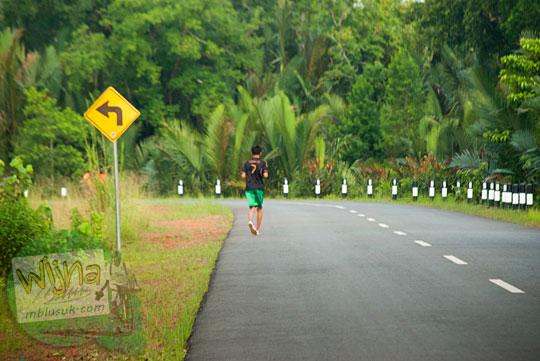 Seorang warga Daik sedang berolahraga lari sore di jalan raya yang membelah Kota Daik saat suasana sepi sekali pada Mei 2016