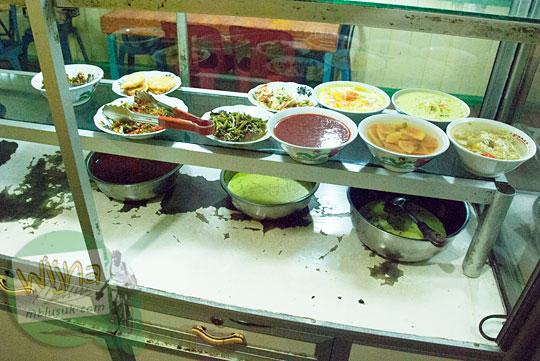 Harga Makanan di Warung Makan Padang di Daik, ibu kota Kabupaten Lingga, Kepulauan Riau pada Mei 2016