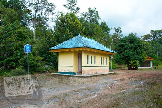 tempat parkir kendaraan di zaman dahulu di bekas lokasi Istana Damnah Kesultanan Lingga tahun 2016