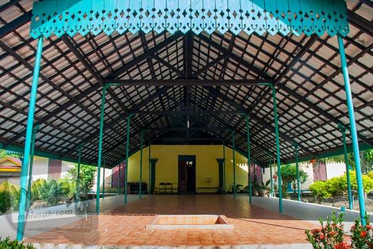 Bangsal besar dan luas peninggalan sejarah Istana Damnah Kesultanan Lingga pada tahun 2016