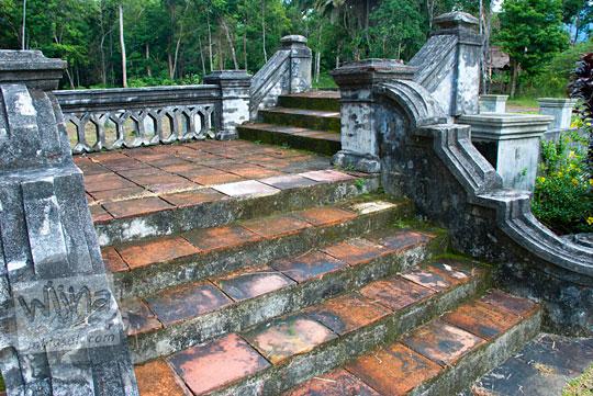 bekas tangga di rumah panggung berlantai keramik peninggalan sejarah Istana Damnah Kesultanan Lingga tahun 2016