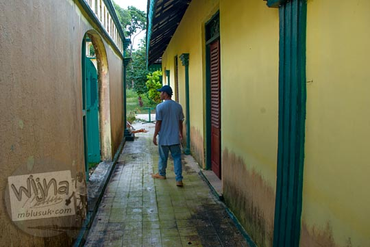 gang kecil di Istana Damnah Kesultanan Lingga yang membatasi area bangsal dapur dan kamar mandi sultan pada tahun 2016