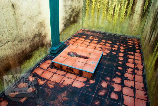 bekas toilet wc Sultan peninggalan sejarah Istana Damnah Kesultanan Lingga tahun 2016