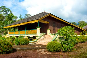 Blusukan di Pulau Lingga: Ada 2 Versi Istana Damnah