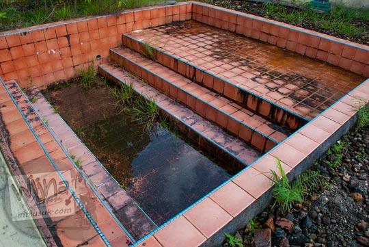 peninggalan sejarah di Istana Damnah Kesultanan Lingga berupa kolam mandi keramik tempat Sultan dan permaisurinya mandi telanjang pada tahun 2016