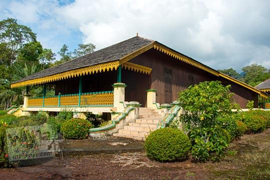 Rumah panggung dari kayu berukuran besar ini adalah kediaman Sultan Lingga dan permaisurinya di kompleks Istana Damnah Kesultanan Lingga pada tahun 2016