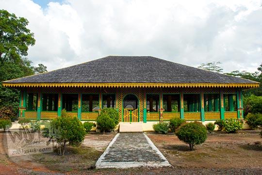 bangunan serambi depan yang besar peninggalan sejarah Istana Damnah Kesultanan Lingga tahun 2016