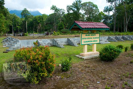 papan nama situs peninggalan sejarah Istana Damnah Kesultanan Lingga tahun 2016